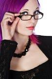 Attraktives purpurrotes behaartes Mädchen in den Gläsern lizenzfreie stockfotografie