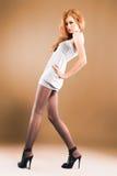 Attraktives red-haired Mädchen auf hohen Absätzen Stockfotos