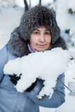 Attraktives reifes kaukasisches Frauenporträt im schneebedeckten Holz Stockfotos