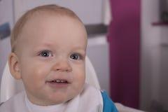 Attraktives Säuglingskind mit Löffel in seinem Mund Stockfotos