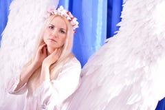 Attraktives schönes Angel Girl-Modell mit dem langen Haar Stockbilder