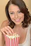 Attraktives schönes junge Frauen-Porträt, das Popcorn isst Lizenzfreies Stockfoto