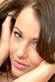 Attraktives schönes verlockendes junge Frauen-Porträt, das t betrachtet Stockfoto