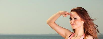Attraktives Schauen der jungen Frau des Mädchens Stockfotos
