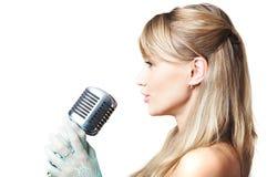 Attraktives singendes Mädchen Stockfoto