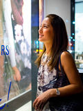 Attraktives, stilvolles, modernes junges asiatisches Frauenfenstereinkaufen Lizenzfreies Stockfoto