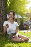 Attraktives Studentenmädchen im Park-Freien stockfoto