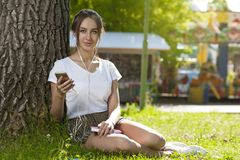 Attraktives Studentenmädchen im Park-Freien stockfotos