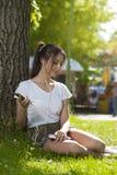 Attraktives Studentenmädchen im Park-Freien lizenzfreie stockfotos