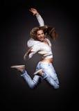 Attraktives Tanzen der jungen Frau Stockfoto