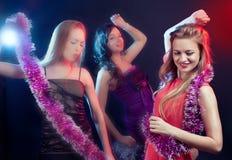 Attraktives Tanzen der jungen Frau an der Disco und am haben Spaß stockfoto