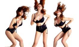 Attraktives Tanzen der jungen Frau, Haarfliegen Lizenzfreie Stockfotografie