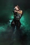 Attraktives und reizvolles Armeemädchen mit Sturmgewehr lizenzfreies stockfoto