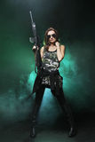 Attraktives und reizvolles Armeemädchen mit Sturmgewehr Stockfotos