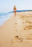 Attraktives und sexy blondes Mädchen auf dem Strand Stockfotos