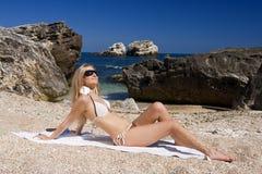 Attraktives und sexy blondes Mädchen auf dem Strand lizenzfreie stockbilder