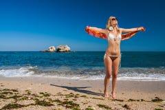 Attraktives und sexy blondes Mädchen auf dem Strand stockfoto