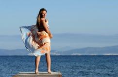 Attraktives weibliches Genießen am Strand lizenzfreie stockfotos