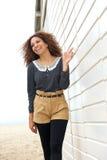 Attraktives weibliches Mode-Modell, das draußen lächelt und geht Stockbilder