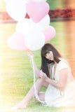 Attraktives weibliches Träumen mit Ballonen Stockfoto