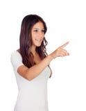 Attraktives zufälliges Mädchen, das an der Seite anzeigt Stockfoto