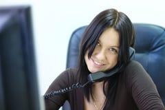 attraktivt affärskvinnatelefonbarn Arkivbild