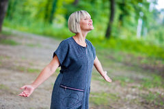 Attraktivt andning och koppla av för kvinna Arkivbild