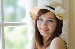 Attraktivt asiatiskt koppla av för kvinna Royaltyfri Fotografi