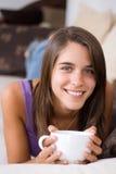 attraktivt barn för kvinna för kaffekopp Arkivbild