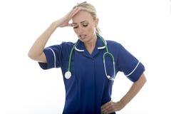 Attraktivt barn frustrerad kvinna som poserar som en doktor eller en sjuksköterska In Theatre Sc Arkivfoton