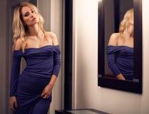 attraktivt begreppsmode gör model former som skjutas upp Smink Formar begrepp Royaltyfri Foto