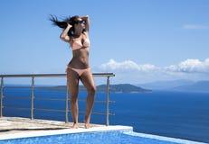 attraktivt bikinikvinnabarn arkivbilder