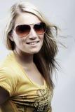 Attraktivt blont i solglasögon och en stilfull överkant arkivfoto