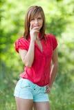 attraktivt blont utomhus- Arkivfoto