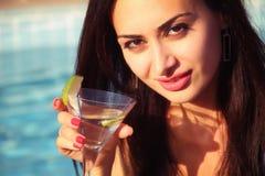 attraktivt dricka flickamartini barn Arkivbild