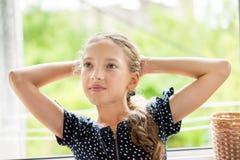 attraktivt flickaståendebarn Royaltyfria Bilder