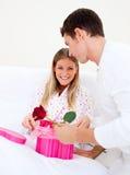 attraktivt ge hans aktuella maka till frun Royaltyfria Bilder