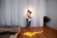 Attraktivt gladlynt krama för man och för kvinna parkel, förälskelse och romencebegrepp arkivbilder