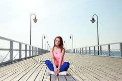 Attraktivt hav för pir för ung kvinna för flicka Royaltyfri Bild