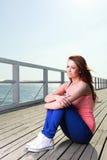 Attraktivt hav för pir för ung kvinna för flicka Royaltyfri Foto