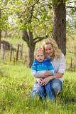 attraktivt henne för mom son utomhus Fotografering för Bildbyråer