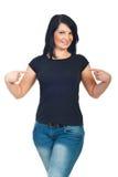 attraktivt henne som pekar skjorta t till kvinnan Arkivfoton