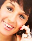 attraktivt kallande cell- som isoleras över vitt kvinnabarn för telefon Isolerat över Royaltyfri Fotografi