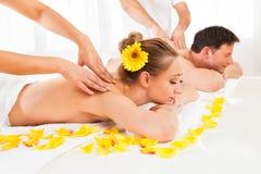 Attraktivt koppla ihop att ha en massage Arkivbild