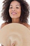 Attraktivt kvinnanederlag henne huvuddel bak en hatt Arkivfoto