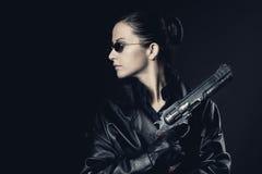 Attraktivt kvinnligt medel med det lyftta vapnet arkivfoto