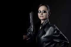 Attraktivt kvinnligt medel med det lyftta vapnet arkivbild