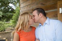 Attraktivt kyssa för par Royaltyfri Fotografi