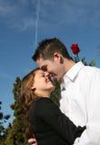 attraktivt kyssa för par Arkivbilder