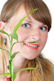 attraktivt le för bambuflicka Arkivfoton